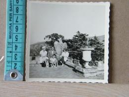 MONDOSORPRESA,  FOTOGRAFIA, PORTOFERRAIO 1959, VILLA SAN MARTINO, PERSONE SU SFONDO CON ACQUILA IMPERIALE - Places
