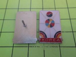 916a Pins Pin's / Rare & Belle Qualité THEME AUTRES / KOREA COREE FORMES GEOMETRIQUES COLOREES - Badges
