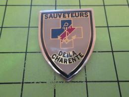 916b Pins Pin's / Rare & Belle Qualité THEME ASSOCIATIONS / SAUVETEURS DE LA CHARENTE - Associations
