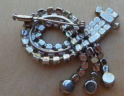 Bro-406 Bis Broche Ancienne Ancienne Griffée De Strass Incolores,sur Métal Gris,fermeture De Sécurité à Poussoir - Juwelen & Horloges