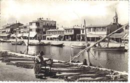 34 Palavas N°662 Rive Gauche Femme Réparant Filets De Pêche En 1951 Boulangerie Bennaffou Poissonnerie Bazar - Palavas Les Flots