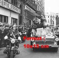 Reproduction D'une Photographie De Charles De Gaulle Saluant La Foule Dans Sa Simca Chambord Cabriolet De 1960 - Reproductions