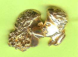 Pin's Couple S'Embrasse 3D Doré - 7GG23 - Badges