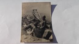 Carte Photo Femme Et Enfant Africain    Nasse Et Bateau - Postcards