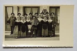 Photographie Format CPA : Groupe Folklorique De Bordeaux Avec Bouteilles De Vin Et Accordéon Devant Un Hôtel - Fotografia