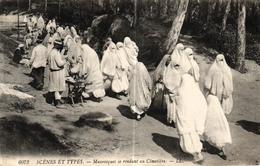 ALGERIE - SCENES ET TYPES - MAURESQUES SE RENDANT AU CIMETIERE - Algérie