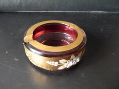 CENDRIER ROUGE A DECORS DE FLEURS TCHECOSLOVAQUIE 3.5 X 10 CM POIDS 390 G - Verre & Cristal