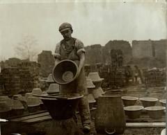 BARNSLEY YORKS  YORKSHIRE UK POTTERY  MAKING   +- 25*20CMFonds Victor FORBIN (1864-1947) - Fotos