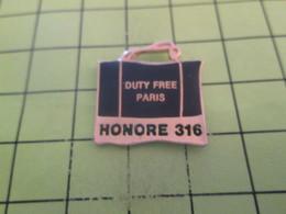 1218c Pins Pin's / Rare & Belle Qualité THEME MARQUES / HONORE 316 PARIS DUTY FREE SAC DE COURSES - Marcas Registradas