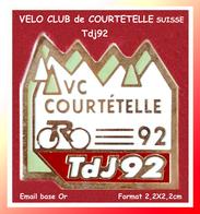 SUPER PIN'S CYCLISME : VELO CLUB De COURTETELLE (SUISSE Canton Du JURA) Tdj92, émail Base Or, Format 2,2X2,2cm - Cycling