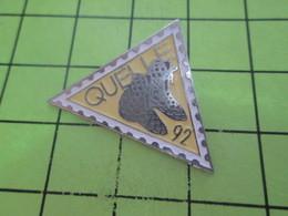 310b Pins Pin's / Rare & Belle Qualité THEME POSTES / TIMBRE POSTE TRIANGULAIRE 1992 CATALOGUE QUELLE - Mail Services