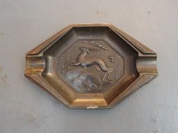 Ancien Cendrier En Métal Au Motif De Gazelle - Metal