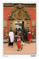 1 AK Nepal * Das Goldene Tor Am Königspalast Am Durbar Platz In Bhaktapur - Seit 1979 UNESCO Weltkulturerbe * - Nepal