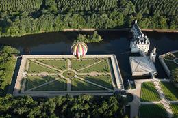 """En Montgolfiere Au Dessus De Chenonceau. Pascal Avenet, Extrait Du Livre """"200 Images Pour Aimer La Touraine"""" - Chenonceaux"""