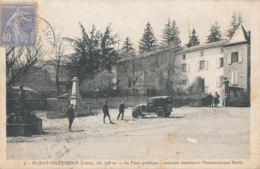 42 // SAINT JEAN SOLEYMIEUX   La Place Publique, Ancienne Fontaine Et Monument Aux Morts - Saint Jean Soleymieux