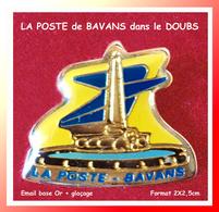 SUPER PIN'S POSTE - PTT : Le Centre Postale De BAVANS Dans Le DOUBS (25), émail Base Or +glaçage  2X2,5cm - Mail Services