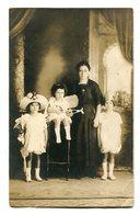MUJER CON TRES NIÑAS, FEMME AVEC TROIS FILLES, WOMAN WITH THREE GIRLS - PHOTO POSTALE CIRCA 1910's NON CIRCULE - LILHU - Grupo De Niños Y Familias