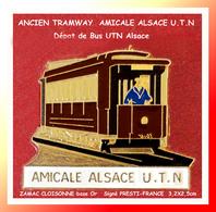 SUPER PIN'S TRANSPORTS Ancien TRAMWAY ROUGE Et Or : Emis Par L'AMICALE ALSACE U.T.N En ZAMAC Cloisonné Or  3,2X2,5cm - Transportation