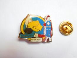 Beau Pin's , Armée Militaire ,  Gendarmerie Du Gers , Mousquetaire , Pour Tous - Army