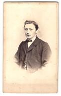 Fotografie G. Lessmann, Halle A / S., Portrait Junger Herr Mit Fliege In Zeitgenössischer Kleidung - Personnes Anonymes