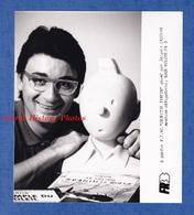 Photo Ancienne De 1990 - Portrait De Jacques CASSYAN Avec Buste De TINTIN - émission Objectif Tintin - Personalidades Famosas