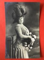 1910 - DAME MET GROTE HOED STRUISVOGEL PLUIMEN - FEMME AVEC TRES GRAND CHAPEAU PLUMES D'AUTRUCHE - Mode