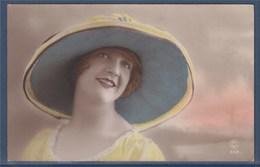= Carte Postale Portrait De Femme Coiffée D'un Chapeau Postée Le 11.10.21 à Berlaimont - Femmes