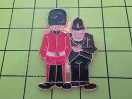 616a Pins Pin's / Rare & Belle Qualité THEME POLICE / 2 BOBBIES FLICS ANGLAIS Et Pas Un LBD éborgneur En Vue !!! - Police