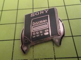 816c Pins Pin's / Rare & Belle Qualité THEME MUSIQUE / SONY DISCMAN BALADEUR CD - Music