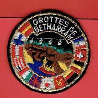 ECUSSON BRODE GROTTES DE BETHARRAM PYRENEES ATLANTIQUES EN TRES BON ETAT - Blazoenen (textiel)