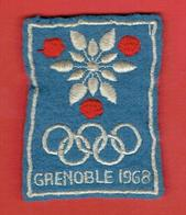 ECUSSON BRODE JEUX OLYMPIQUES D HIVER DE 1968 A GRENOBLE ISERE EN BON ETAT - Blazoenen (textiel)