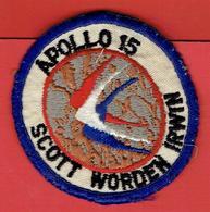 ECUSSON BRODE MISSION APOLLO 15 AVEC SCOTT WORDEN IRWIN EN BON ETAT FUSEE LUNE NASA ETATS UNIS AGENCE SPACIALE USA - Blazoenen (textiel)