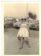 AUDE LA NOUVELLE VERITABLE PHOTO DENTELEE Femme Vieille Voiture A Identifier Localiser Renault Citroen Peugeot Simca - Cars