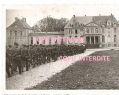 WW2 Rare ! PHOTO ORIGINALE Soldat Allemand Au Château De VERSAINVILLE Près Falaise Saint Pierre Sur Dives Caen - 1939-45