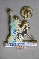 Pin's - Animaux - CHEVAL - PRIX D'AMERIQUE - PMU TURF - TROT Attelé - HORSES - SULKY - Statue De La Liberté - Animals