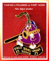SUPER PIN'S MUSIQUE-FANFARE : A FELDSBERG En SUISSE, Trombonne PÔLLA RÔRHRLI GUGGA Signé RHYGOLO CH 3,2X3,2cm - Música
