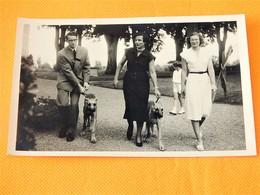 FAMILLE ROYALE BELGIQUE -  Roi Baudouin ,la Princesse De Réthy Et Princesse Joséphine Charlotte En Promenade - Royal Families