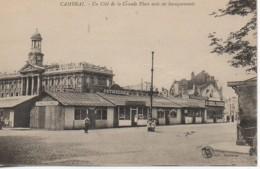 59 CAMBRAI Un Côté De La Grande Place Avec Ses Baraquements - Cambrai