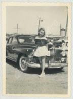 Pin-up Devant Une Automobile Packard Clipper Super . - Automobiles