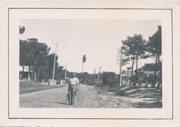 Snapshot Homme Devant Le Phare Du Cap Ferret Arcachon Gironde Plage Poteaux - Lieux
