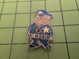 1015c Pin's Pins / Beau Et Rare : THEME : POLICE / PIG COP AMERICAIN Avec Un LBD Caché Dans Son Dos Au Cas Où ...... - Police