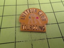 1315c Pin's Pins / Beau Et Rare : THEME : SPORTS / LUTTE LUTTEUR CLUB TOURCOING Coin Coin C'est Canardville , Lina ? - Wrestling