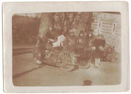 FEVRIER 1930 GROUPE DE PERSONNES AVEC UN CHIEN SUR MOTO SIDE CAR VERITABLE PHOTO NON DENTELEE A LOCALISER A IDENTIFIER - Fotos