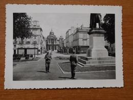WW2 GUERRE 39 45 VERSAILLES SOLDATS ALLEMANDS DEVANT LA STATUE DU GENERAL HOCHE - Versailles