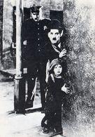 1 AK Mit Charlie Chaplin Und Jackie Coogan In Dem Film The Kid Aus Dem Jahre 1921 - AK Von 1986 * - Attori