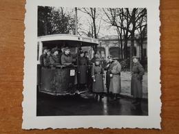 WW2 GUERRE 39 45 VERSAILLES SOLDATS ALLEMANDS PRENANT UN AUTOBUS PARISIEN 1941 - Versailles
