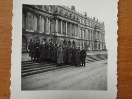 WW2 GUERRE 39 45 VERSAILLES SOLDATS ALLEMANDS POSANT DEVANT LES MARCHES DU CHATEAU - Versailles