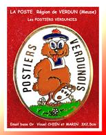 SUPER PIN'S LA POSTE : LES POSTIERS VERDUNOIS Région De VERDUN (Meuse) Visuel CHIEN émail Base Or, 3X2,5cm - Correo