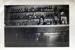 Photo D'un Couple Derrière Leurs Bar De Leurs Vieux Café De Campagne - Anonymous Persons