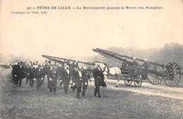 CPA 59 FETES DE LILLE LA MUNICIPALITE PASSANT LA REVUE DES POMPIERS (cliché Rare - Lille